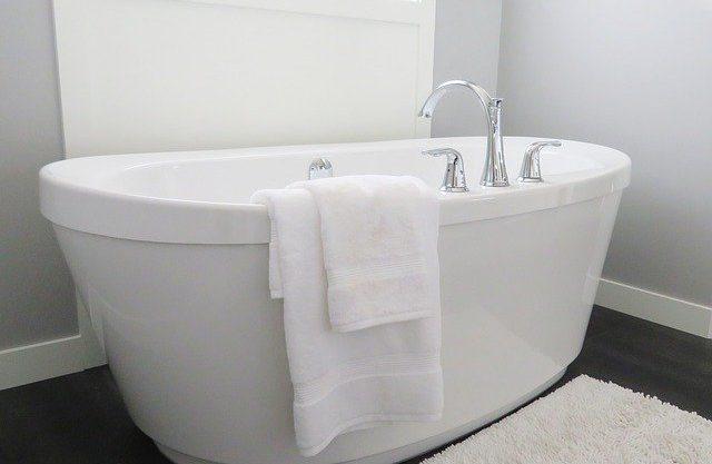 Bathtub Tub Bathroom Bath White  - ErikaWittlieb / Pixabay