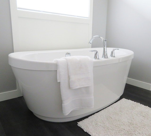 Bathtub Tub Bathroom Bath White  - ErikaWittlieb / Pixabay